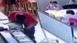 太生气了 幼师2分钟内殴打4名幼童 涉事幼师已停职并被行拘