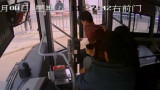 男子公交车上偷拍女性裙底被抓现行 司机乘客联手将其控制