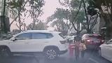 女司机幼儿园门口倒车猛加速 车后路过母女3人被撞翻