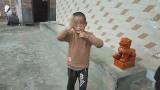 云南一9岁男童身患怪病 每天打头咬手指疯狂自虐